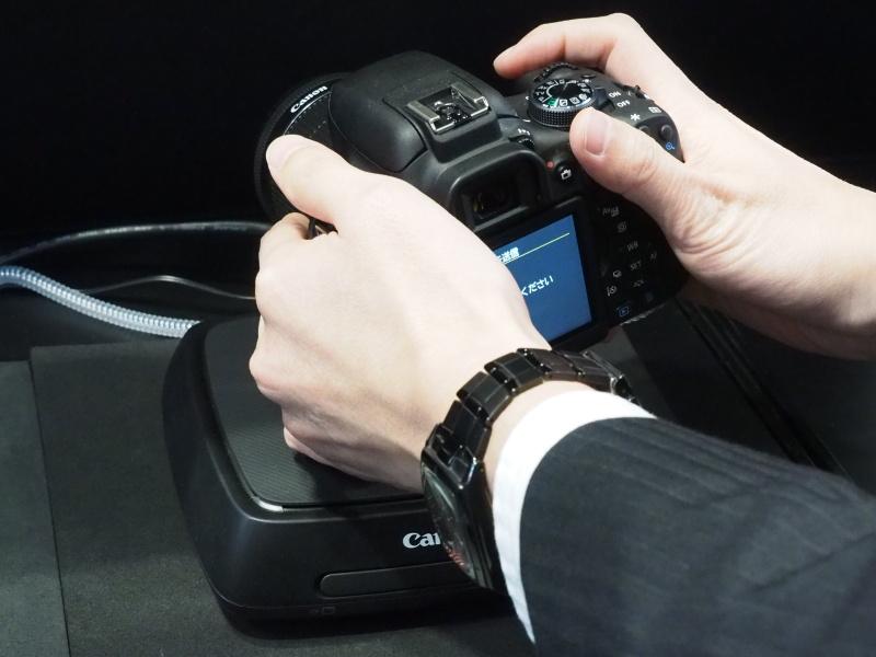 CS100は天面のNFCでペアリングし、Wi-Fiでの通信が始まったらカメラを横に置いて使うイメージ