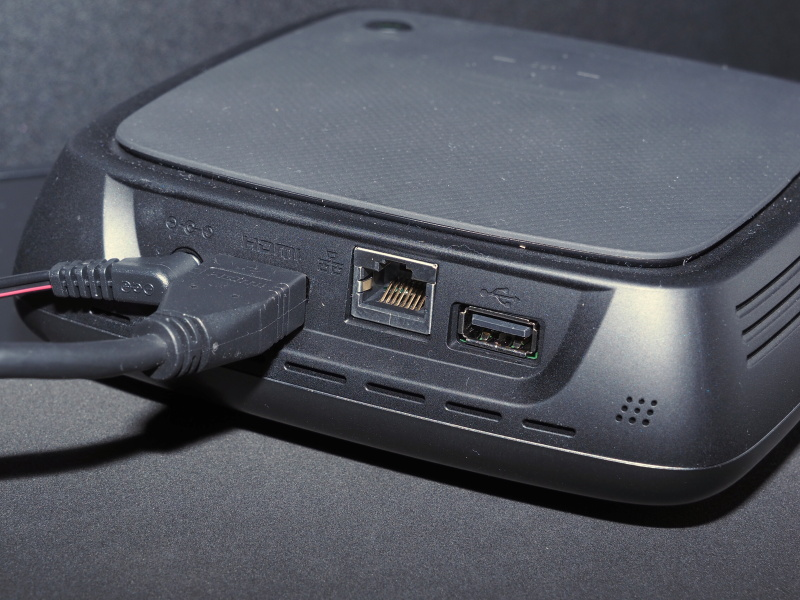 背面端子。無線LAN内蔵だが、環境により有線LANも使用可能。USB端子にはUSBメモリー、カードリーダーのほか、バックアップ用HDDも繋げる