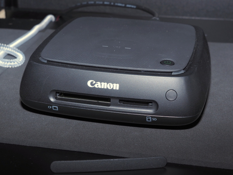 前面にカードスロットが隠れている。基本的にはワイヤレスで写真を取り込むが、かつて撮った写真を取り込むのに活用できる