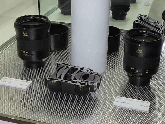 コシナは、カールツァイスのフルサイズ一眼レフカメラ用レンズ「Otus 1.4/85」(左)と、フォクトレンダーのVMマウントレンズ「SUPER WIDE-HELIAR 15mm F4.5 Aspherical III」を展示