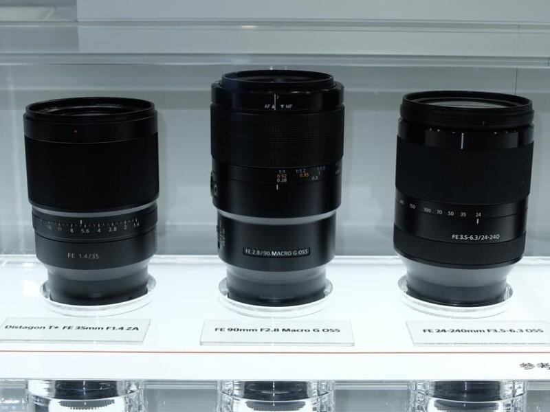 ソニーは開発中の35mmフルサイズレンズ「Distagon T* FE 35mm F1.4 ZA」、「FE 90mm F2.8 Macro G OSS」、「FE 24-240mm F3.5-6.3 OSS」を参考展示