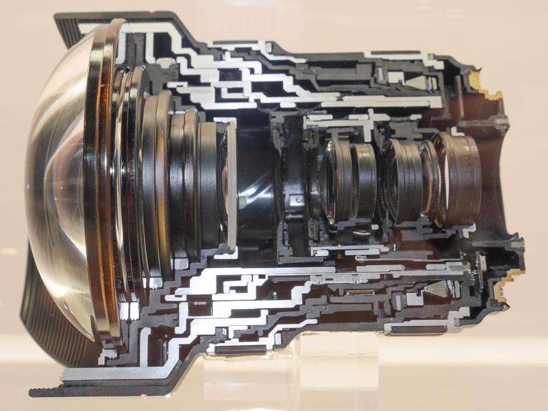 EF11-24mm F4 L USMのカットモデル(左)と使用レンズ(右)