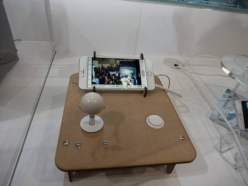 スパイダーカメラのようにレール上のOLYMPUS AIRを操作し、撮影できるというデモも