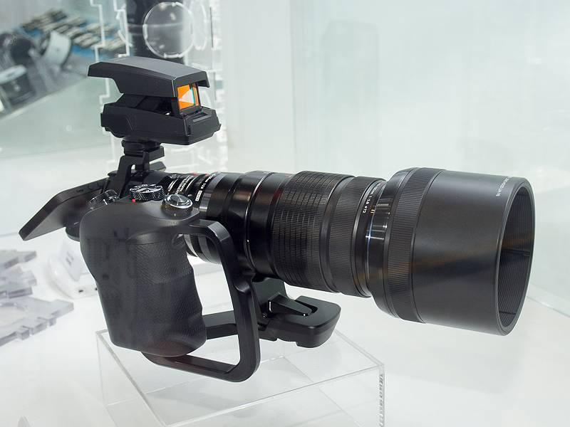 OLYMPUS AIRにM.ZUIKO DIGITAL ED 40-150mm F2.8 PROに外付けドットサイト照準器「EE-1」、モードダイヤルやシャッターボタンなどを備えたグリップを装着