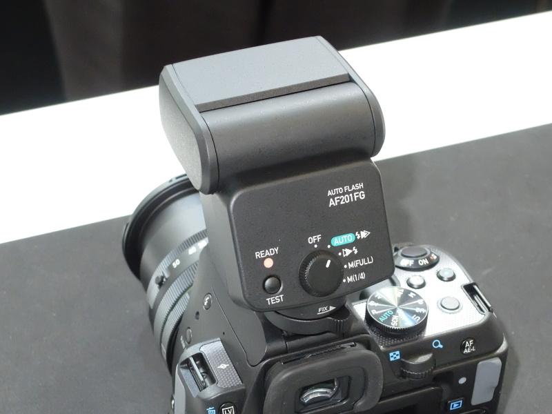 新しく発表された防塵防滴の小型ストロボを装着