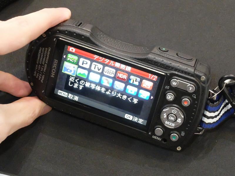 タフネスカメラ新機種「RICOH WG-5 GPS」およびWGシリーズ用アクセサリーが並ぶ