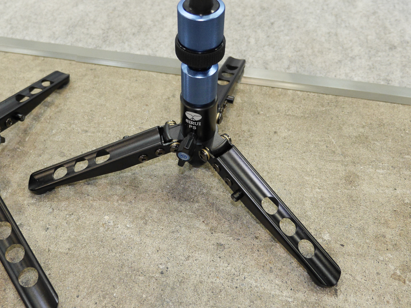 脚の付け根はボール雲台のようになっている。すぐ上のロックを締めると垂直状態に固定できる