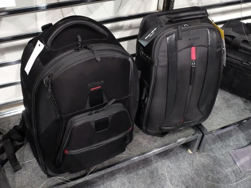 リュックタイプの新作(左)。右はサイズ比較用のスマートカメラリュック