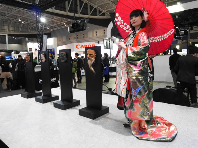 ハッセルブラッドのステージでは、昨年と同様に和装のモデルが登場。能面師、北澤秀太氏による本物の能面も展示されている