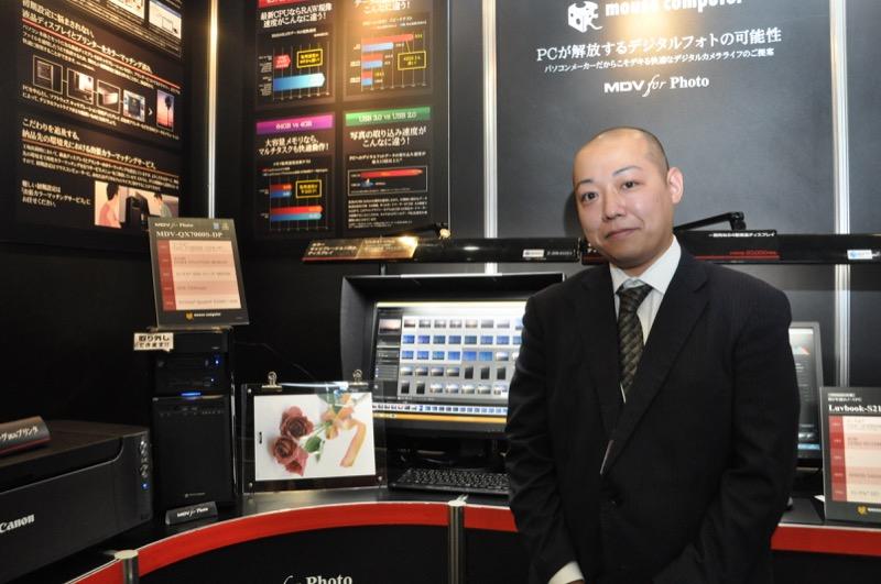 ハードウエア構成などを担当するマウスコンピューターの森裕貴氏と最上位モデルの「MDV-QX700S-DP」。