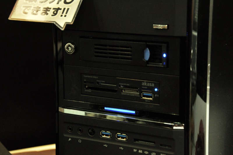PC本体のフロントベイにはUSB3.0接続のカードリーダーなどを配置。メモリから素早くデータを転送できる。