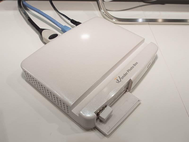 Wonder Photo Box。前面USB端子にはBluetoothドングルが装着されており、ワイヤレスマウスも利用できる