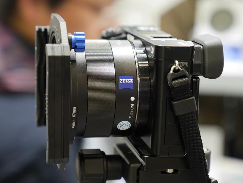 こちらはミラーレス向けの75mmタイプ。角形フィルターは2枚装着可能