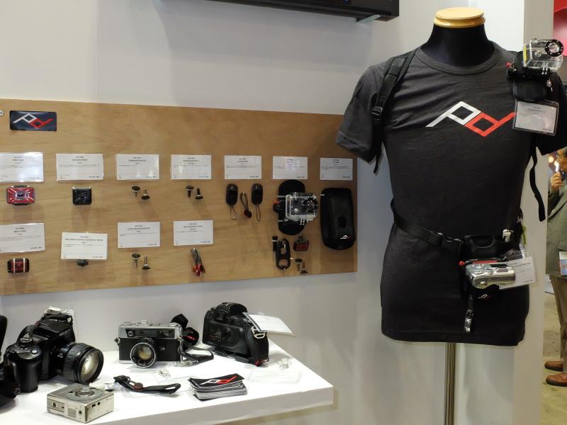peak designの展示。一眼レフ携行システムだけでなく、コンパクトカメラ向けのストラップ製品などもラインナップに加わっていた