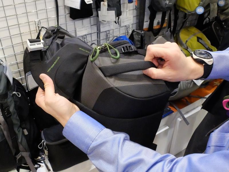 バッグ本体を背負ったままカメラ収納部をスライドさせ、体の前に持ってこれる