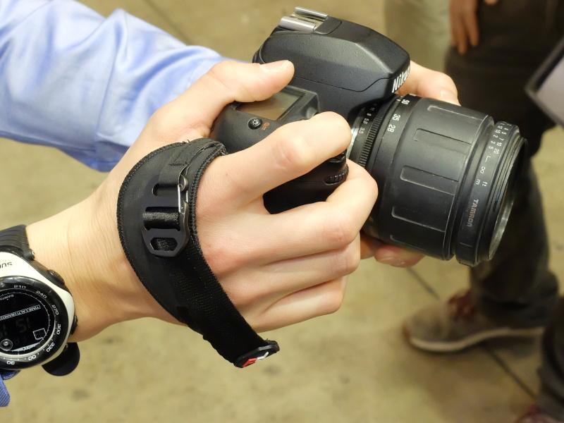 「Clutch」(税別5,400円)。カメラ側面のストラップ取り付け部と、底部の三脚穴を用いて固定。プレート部分は同社システムやアルカタイプのクイックシューに直接取り付けられる