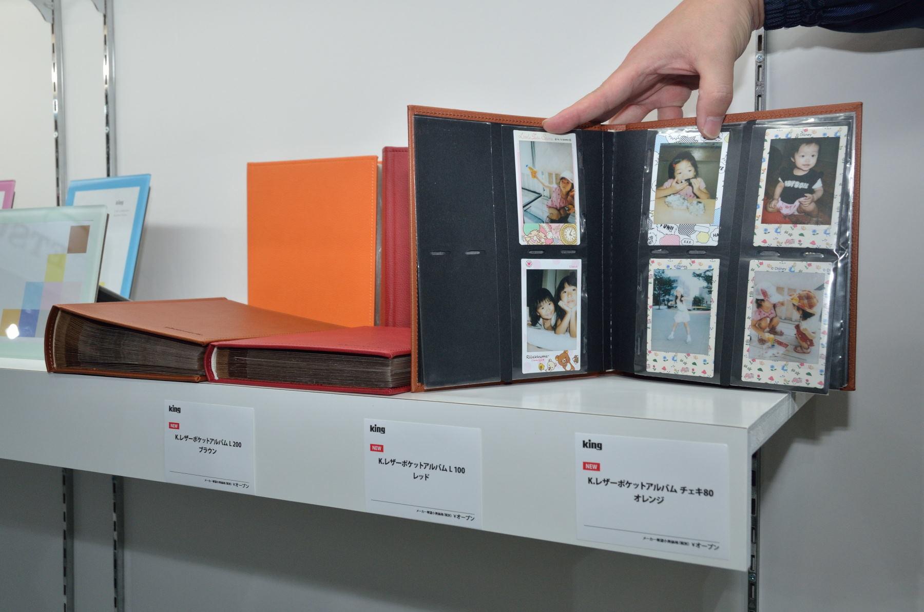 革張りの表紙の製品「レザーポケットアルバム」も。収納枚数にあわせて「L200」(1,944円)「L100」(1,602円)「チェキ80」(1,602円)が用意される。色はブラウン、レッド、オレンジ