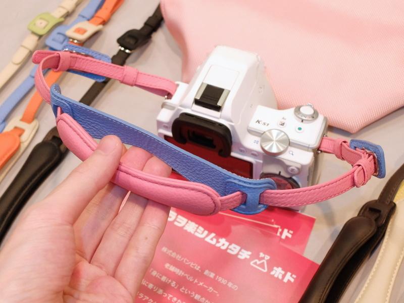 カメラハンドルは2枚の革に手首を通し、ハンドストラップ的な脱落予防も兼ねる