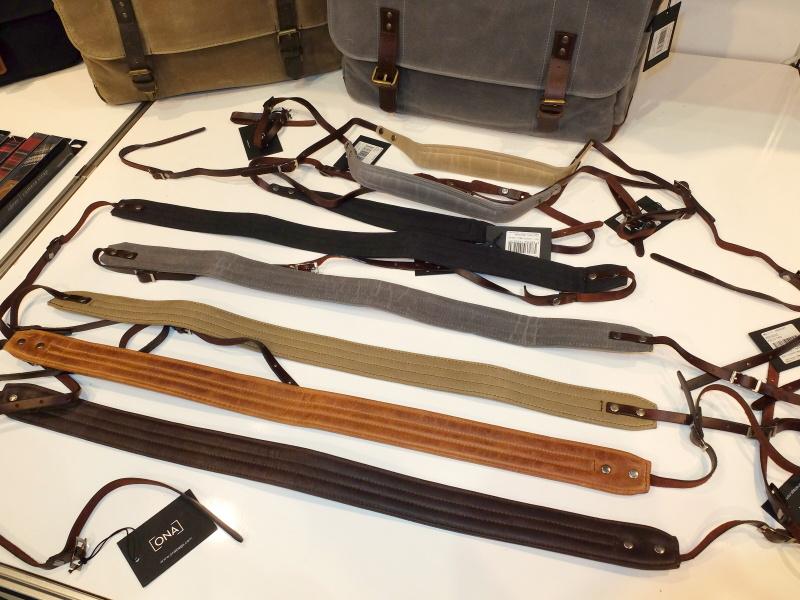 ストラップ。品のあるダメージ加工と、高級感を演出するレザー製の先紐と金属パーツ