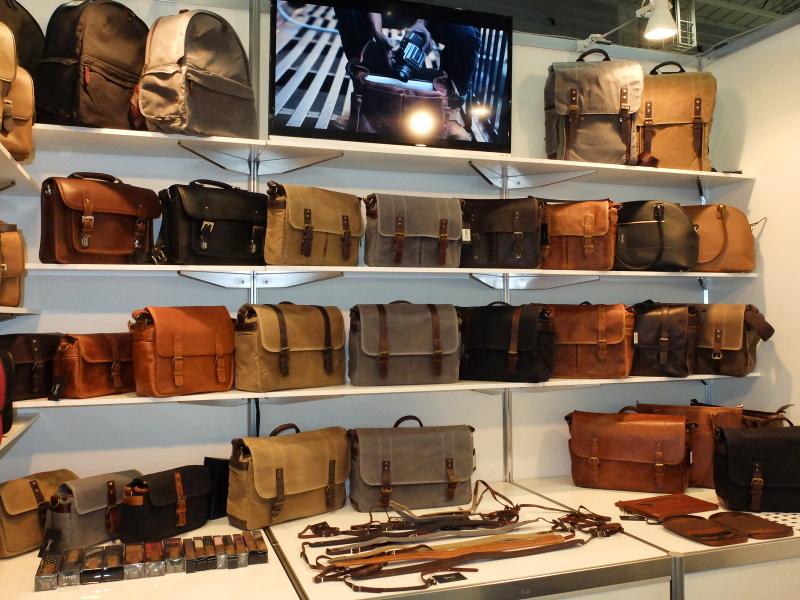 ONAのバッグが勢ぞろい。現在の取扱店はライカ系に強いカメラ店が多く、実物を試せる機会は貴重といえる