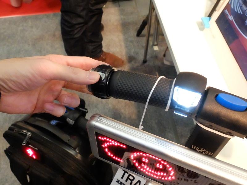 自転車のように、ベル(つかんでいる部分を回す)とライトも装備