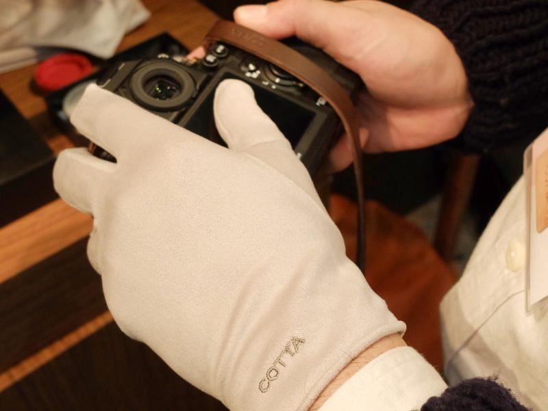 まだサイズなどを検討中というが、クリーナークロスの「ミクロディア」で作られた手袋。そのままモニターなどを拭ける