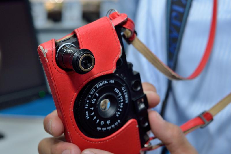 レンズベビー各製品も。円周魚眼レンズ「レンズベビー サーキュラー フィッシュアイ」、スマートフォン用の「レンズベビー モバイルレンズ LM-10」なども展示されている