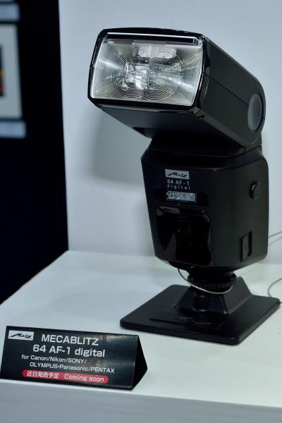 メッツストロボにはガイドナンバー64でカラー液晶化された「MECABLITZ 64AF-1 digital」も