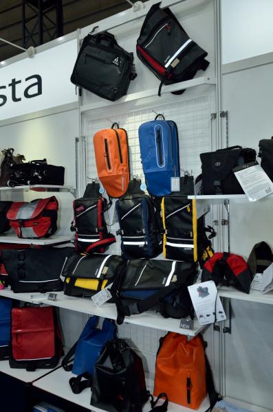 カメラバッグ各種参考出品と新製品。中央が「OEJシリーズ」ショルダーとボディバッグ