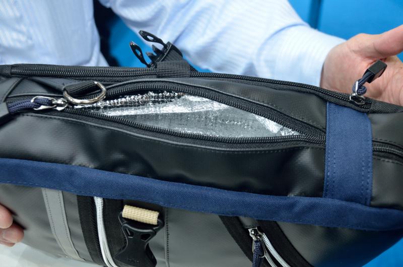 ニフコ製バックル、巾着形インナー、ペットボトルを保冷しやすい工夫(ボディバッグ)など、細部にも特徴がある「OEJシリーズ」
