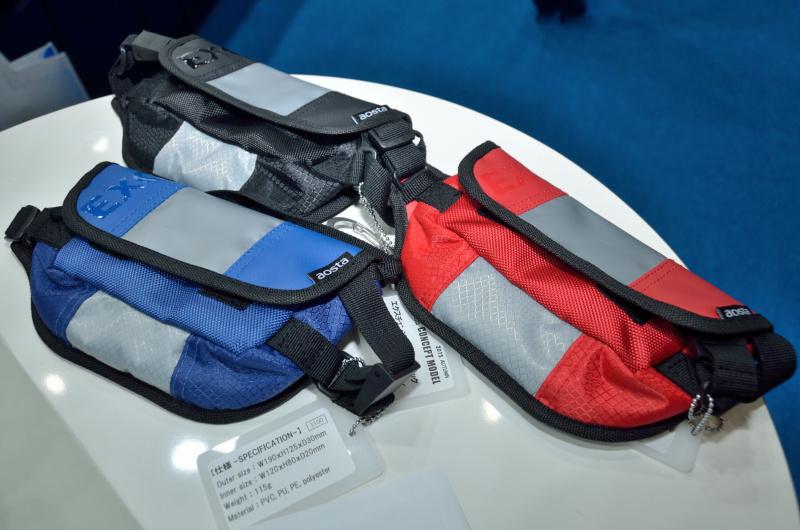 「エクスチェンジポーチ」は「エクスチェンジ」シリーズバッグと組み合わせて使うとおもしろそうだ