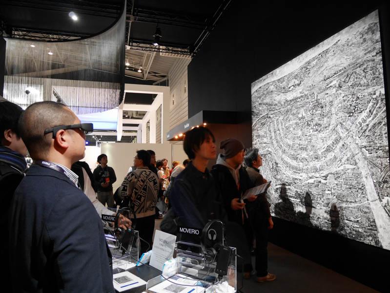 MOVERIOで西野壮平氏の作品を見ると、スマートグラス内でメイキング動画が再生開始