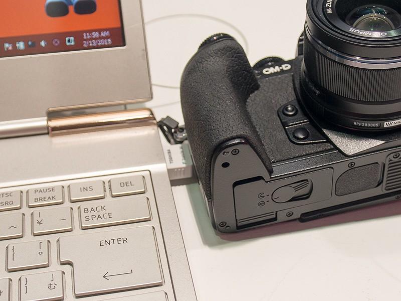 SDカードを挿入したカメラをアダプタに近づけるだけで画像が高速に転送される