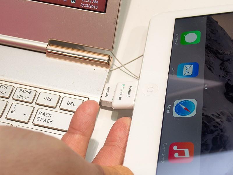 Lightningアダプタを挿入したiPadとPCで転送する、といったことも可能