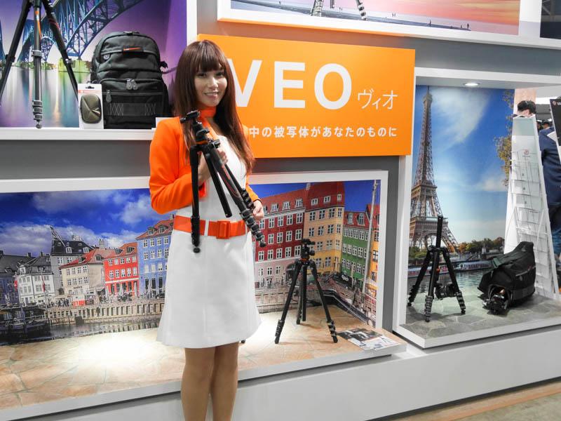 トラベル三脚「VEO」を発表したバンガードブース