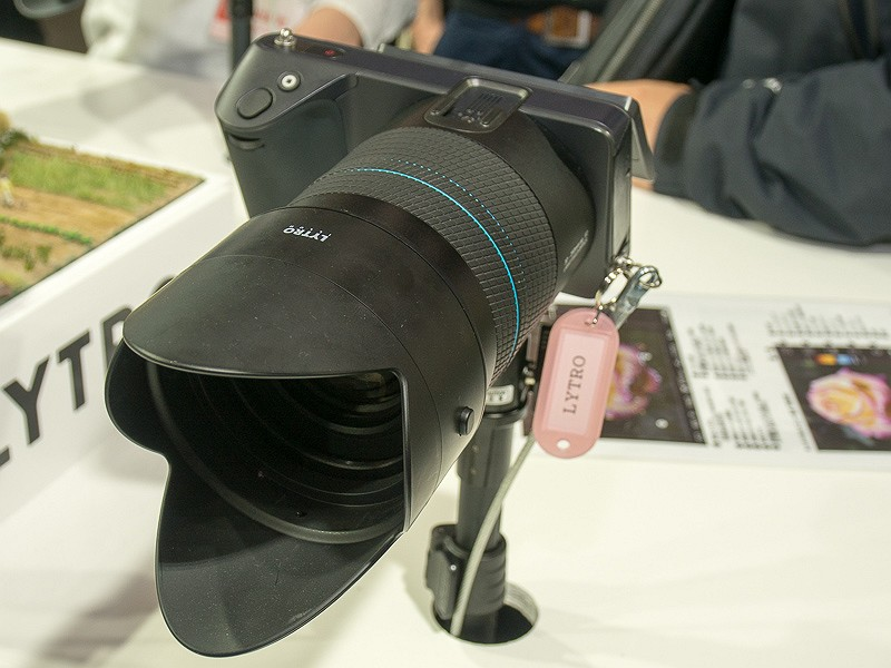 独特のデザインのボディに大口径高倍率ズームを搭載