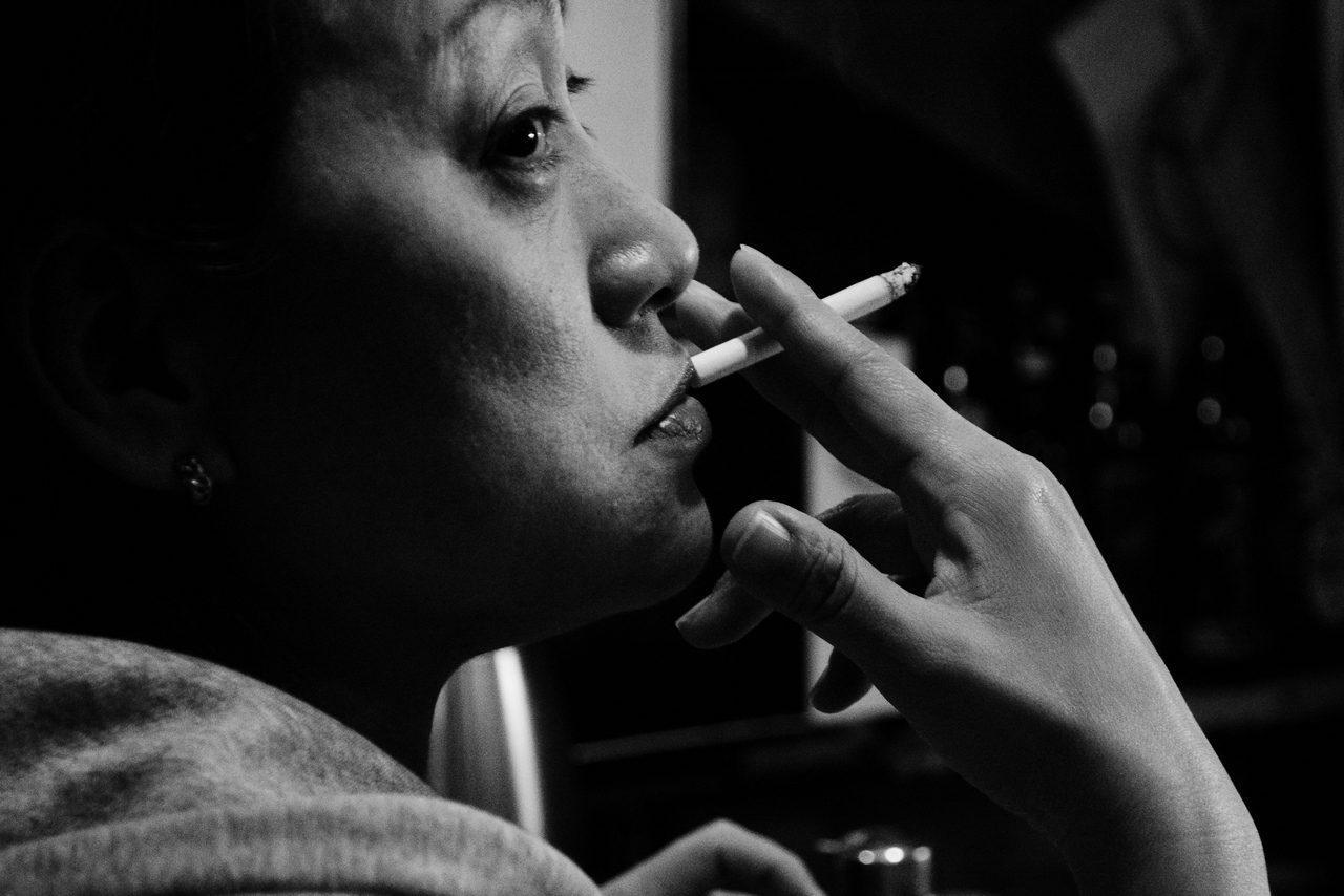受賞作「ガード下に生きる」は、都市のガード下のシーンをドキュメンタリーチックかつ感覚的に表現したカラー、モノクロ混合3点。