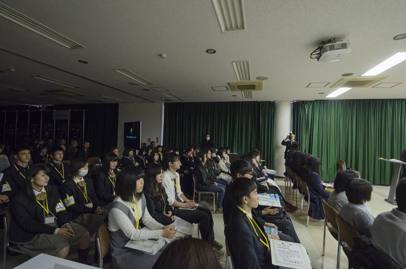 小林さんのお話しに真剣に耳を傾ける高校生たち。
