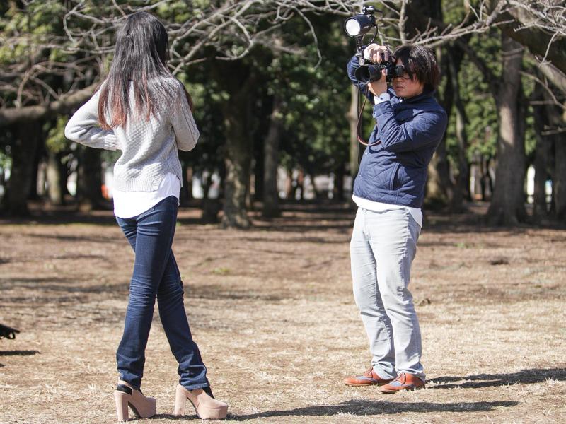 カメラに装着すれば、クリップオンストロボに近い感覚で使える。