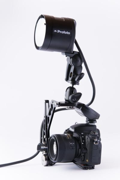 ブラケットを使ってヘッドをカメラに装着。純正品にブラケットは用意されていないので、クリップオンストロボ用のものを使うと良いだろう。