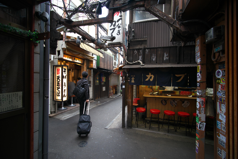 新宿の思い出横丁の路地。日中でも薄暗い条件だが、α7 IIの手ブレ補正の効きは十分。絞り開放条件だが像が整っている。絞りF4.5