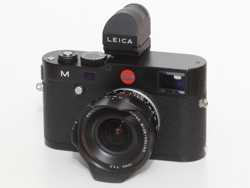 新しいスーパーワイドヘリアー15mm F4.5アスフェリカル IIIをライカM(Typ240)に装着。EVFをつければそのままパララックスや視野率を気にすることなく完全なフレーミングが可能になるのはいい。新しいライカの使い方ともいえるが、ピント合わせを行う場合は、距離計を利用したほうが素早い撮影が可能になると思う。