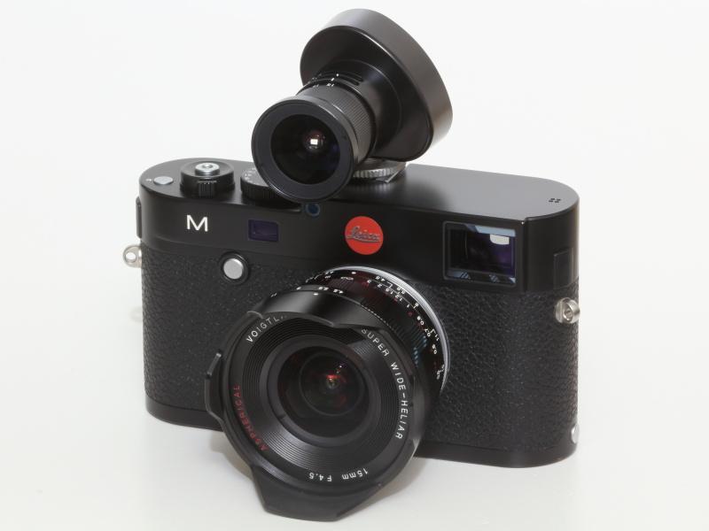 ライカM(Typ240)に、コシナ・フォクトレンダー15-35mmズームファインダーを装着。ズームのほかセンサーサイズに合わせて×1.3、×1.5の設定表記がある。光学ファインダーにこだわる人には魅力。現在は残念ながら生産終了しているが、フルサイズでないライカM8やエプソンR-D1などに使う場合は便利だ。現在はコシナから2種の15mmファインダーが発売されている。