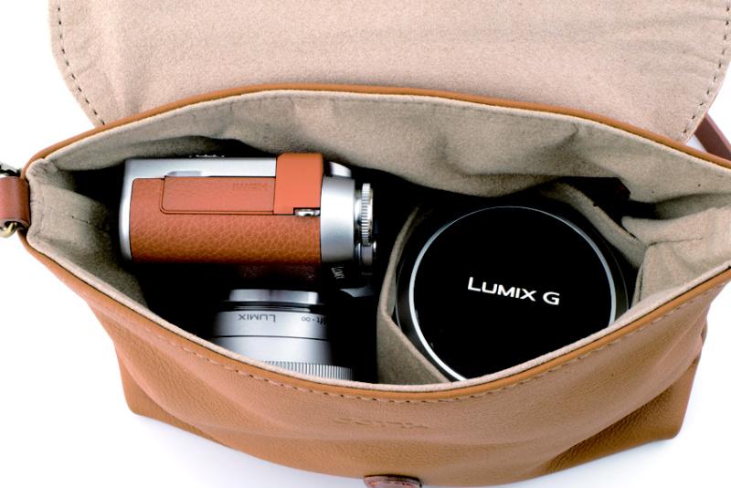 レンズをつけたミラーレスカメラと、交換レンズ1本がすっぽり入ります。