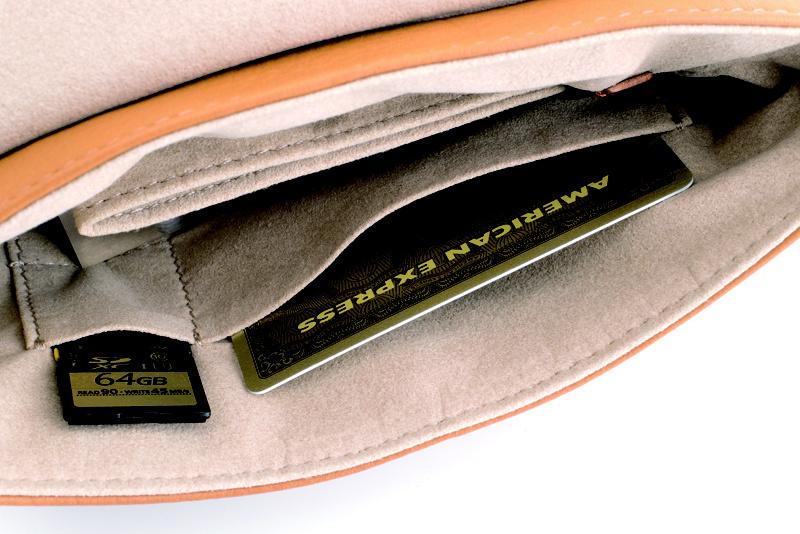 内側にはSDカードや交換バッテリーなどの小物が入るポケットも。