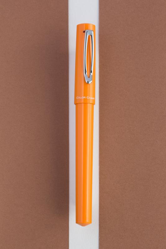輪郭の部分を確認しながら、茶色の紙をペンに近づけていきます。白い背景紙が見えなくなると、切り抜きがしづらくなるので、白を残すように調整しましょう