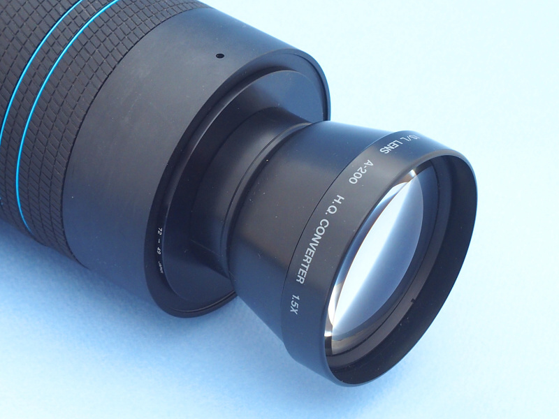 オリンパス製テレコンバージョンレンズ「OLYMPUS IS/L LENS A-200 HQ CONVERTER 1.5X」は、これも同社のフィルムカメラLシリーズの専用品だ。数年前に中古カメラ店で新古品で売られていたのを購入した。倍率1.5でLYTRO ILLUMに装着すると広角側でケラれるが、望遠端ではライカ判換算375mm相当の超望遠になる