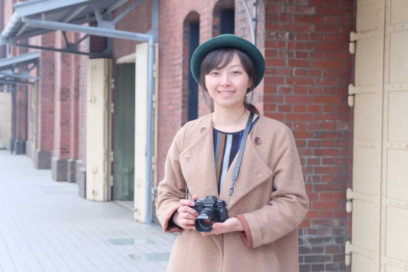 講師の山本彩乃先生。1980年、山梨県甲府市生まれ。東京学芸大学美術科卒業。在学中グラフィックデザインを学び写真を始める。バンタンデザイン研究所、外苑スタジオを経て独立。雑誌・広告等で活動中。SECESSION所属。写真新世紀入賞。