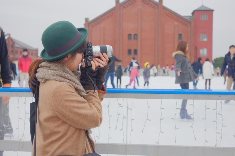 スケートリンクを参加者と一緒に撮影する彩乃先生。X-T1に付けているレンズは望遠ズームレンズ「XC50-230mmF4.5-6.7 OIS」です。