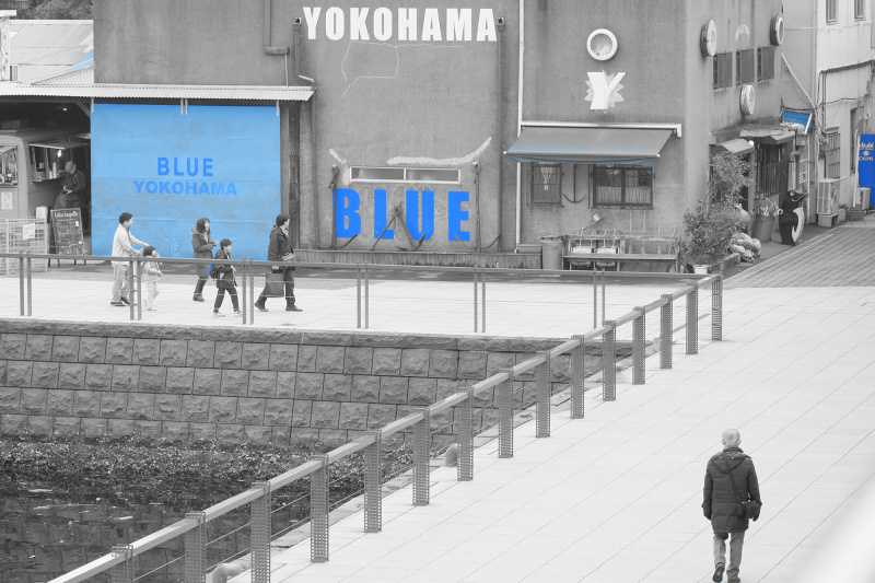 撮影:山本彩乃先生。「アドバンストフィルターのパートカラー、ブルーを使用して青をポイントにし、右手前から奥のラインと、左からのラインの2つの世界を見せられる構図にしました。人通りが多かったのでシンプルになる時を待って撮影しました。」